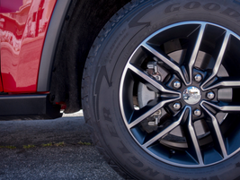 265/60R18 BSW all-season, all-terrain tires are fitted to 18-inch alloy wheels.