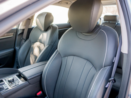The driver's seat with premium leather can be adjusted in 16 different ways.