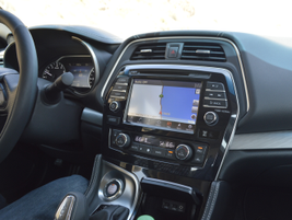 An 8-inch touchscreen shows clear map images and allows users to use gesture commands.