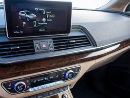 A 7-inch center screen displays Apple CarPlay and Android Auto.