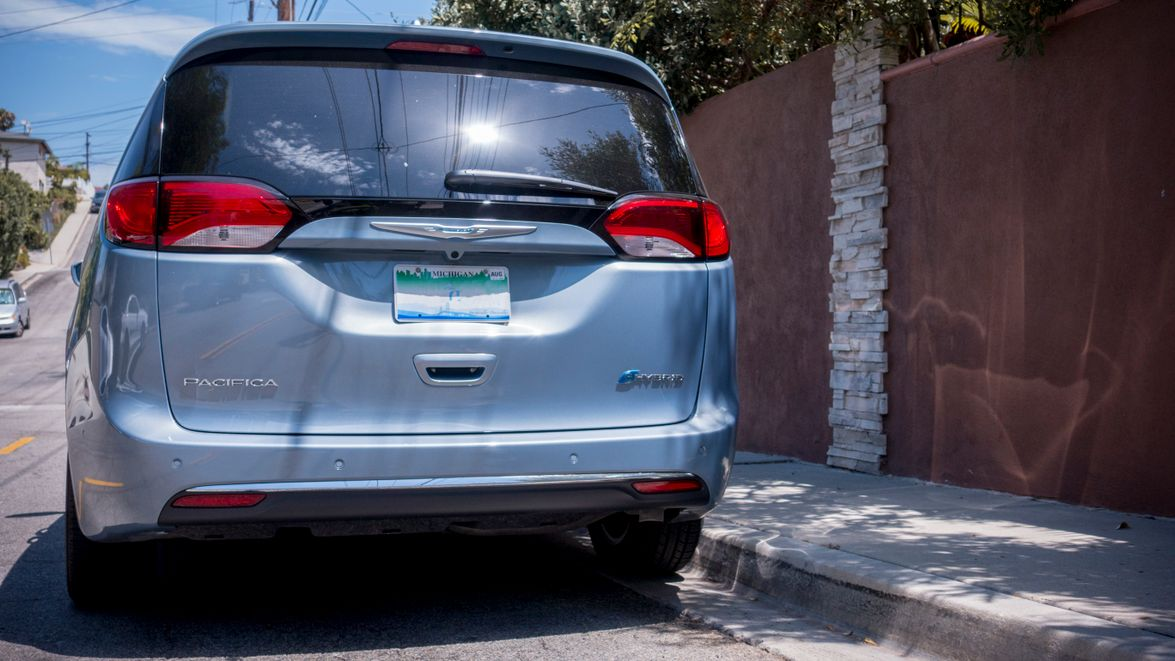 The hands-free sliding doors and rear liftgate can be openedwith a kicking motion