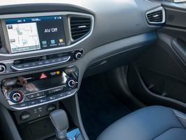 A 7-inch color touchscreen show navigation, audio, and other infotainment.