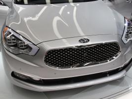 The Kia K900 incorporates Kia's noteworthy Tiger Nose design.