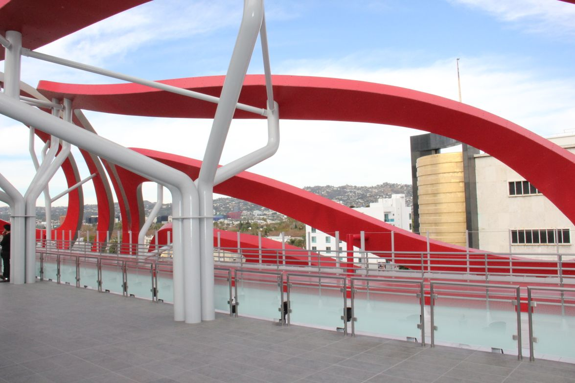 Ribbons of steel create a cage-like impression from the top floor.