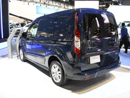 The short-wheelbase Transit Connect has a 38.3-foot curb-to-curb turning diameter.