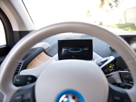 A 5.5-inch digital display provides data about operating modes, speed, and charge level.