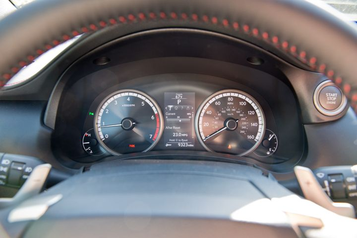 A full-color display shows drive mode, gear, odometer, and multimedia information.