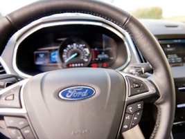 The 2015 Edge has Ford's SelectShift featuring standard paddle-shift activation.