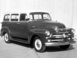 The fourth generation 1955 Suburban introduced a wraparound windshield and eschewed running boards.