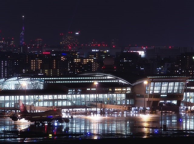 Fukuoka Airport International Terminal by night. Photo via tsuna72/Wikimedia.