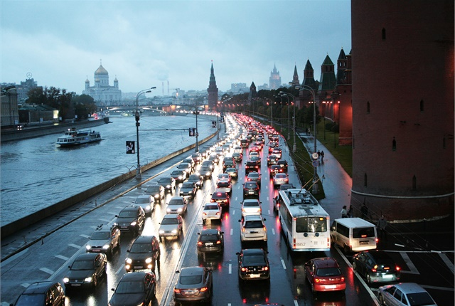 A traffic jam alon ghte Kremlin wall. Photo via BohunkaNika/Wikimedia.