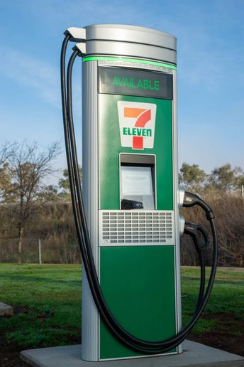 7-Eleven says adding 500 charging ports at 250 stores will make EV charging more convenient and help accelerate broader adoption of EVs and alternative fuels. - Photo: 7-Eleven