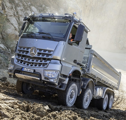 """The new Turbo Retarder coupling was put to the test when we rolled backwards with the transmission selector in Drive, and """"gripped"""" the truck to a stop by stepping on the accelerator pedal. Then we returned to pulling uphill again, without problems. (Photo: Daimler Trucks)"""