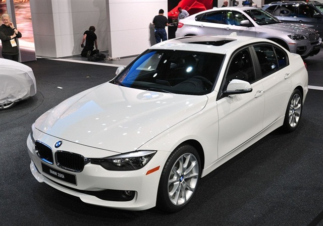 The 2013-MY BMW 320i will achieve fuel economy of up to 23 city, 33 highway, when equipped with the eight-speed automatic transmission, based on BMW's current estimates.