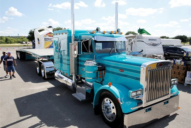 Best in Show honors went to Kiegan Nelson's 1985 Peterbilt 359 and 2014 MAC trailer combination. Photo: Shell