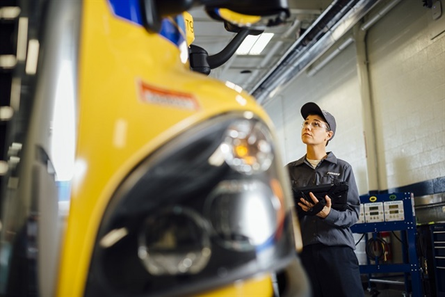 Long before they turn a wrench, technicians plug trucks into computers to diagnose and/or correct the problem. Photo: Penske