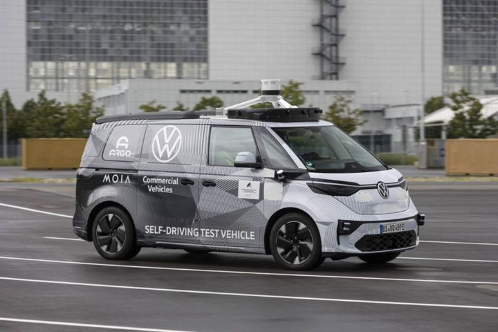 The ID. BUZZ vehicles are set for commercial services in the city of Hamburg in 2025, where autonomous ride-pooling services will be run by VW's subsidiary MOIA. - Photo: Argo AI