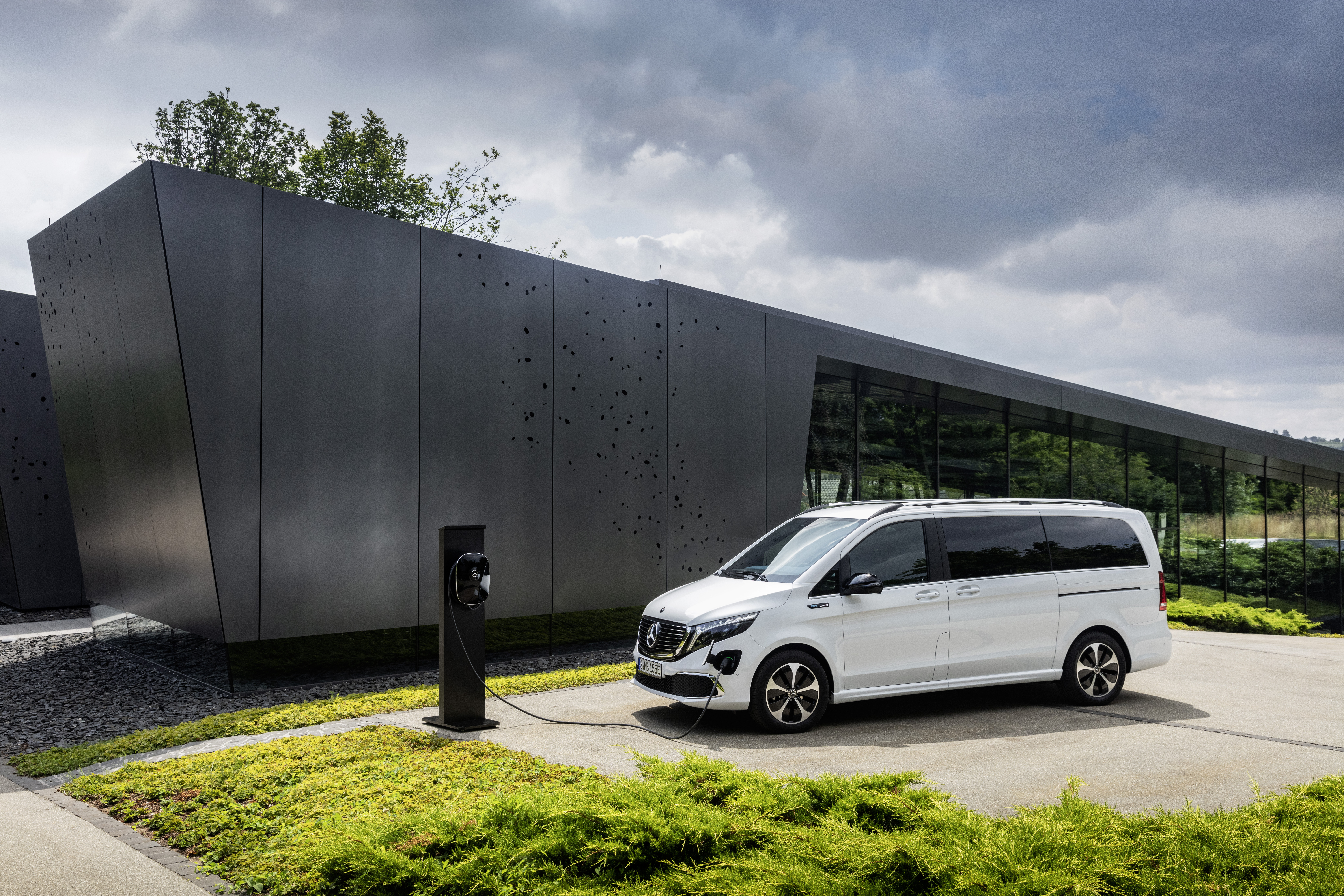 Mercedes-Benz Unveils All-Electric Minivan