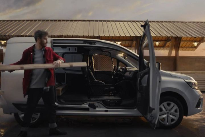 In this campaign, a young craftsman sees hiscareerbloomingand becomingsuccessfulwith the help of his Kangoo Van. - Photo: Renault video screencap