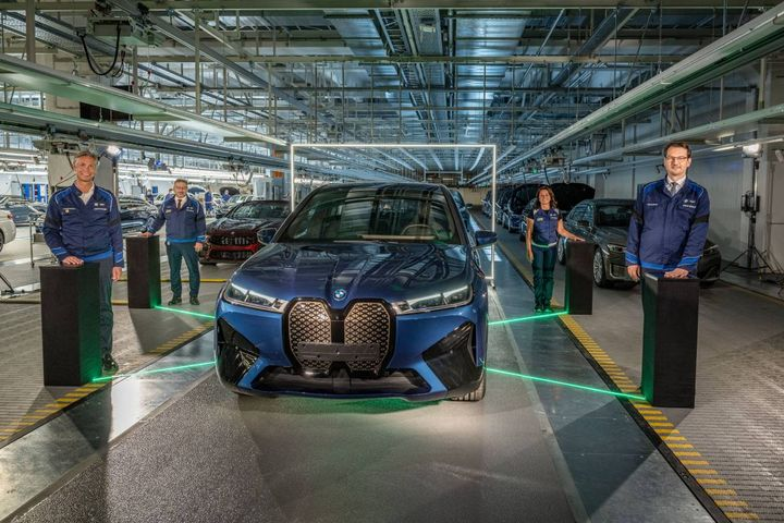 The BMW iXis being manufactured at the BMW Group's largest European production plant on an assembly line with the flexibility to build a mix of BMW 5 Series, 7 Series, and 8 Series models. - Photo: BMW