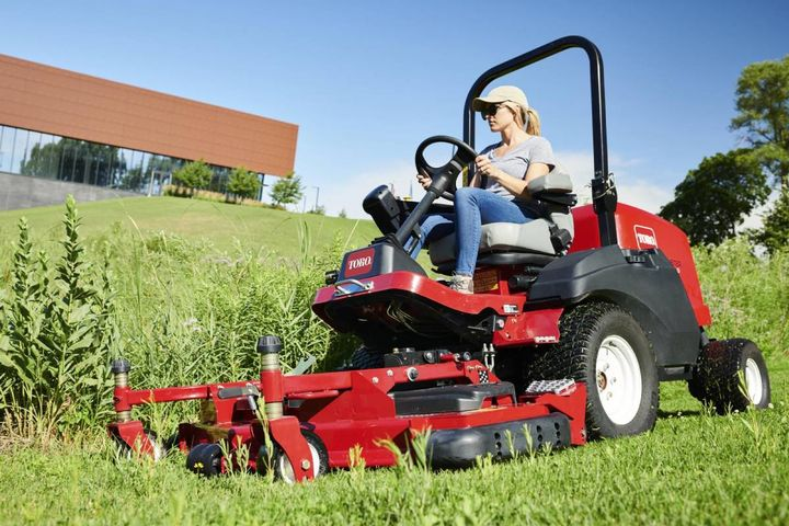 The Groundsmaster 3200/3300 includes decks to help operators work quickly in tough terrain. The product also includes features to improve comfort. - Photo: Toro