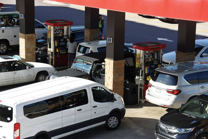 When news broke about the hack and upcoming fuel shortage, consumers and fleet managers rushed to buy fuel, leading to long lines at retail gas stations, higher prices, and empty fuel stations. - Photo: Getty Images