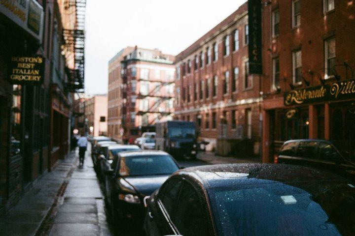 Cars sit in the rain in Boston. - Photo: Unsplash/Ren Wang