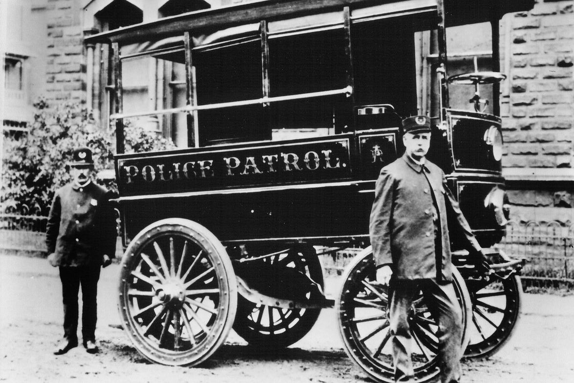 First motorized police patrol wagon