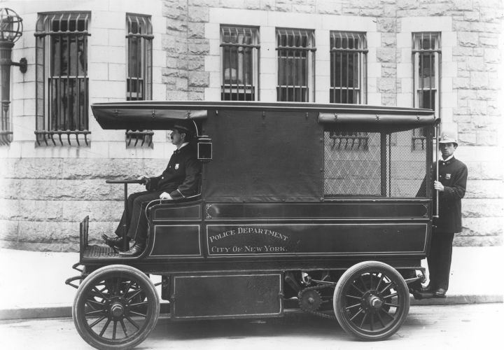 Motorized patrol wagon, 1910