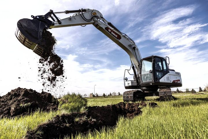 The E165 is equipped with a 131 hp engine and conventional tail swing design. - Photo: Bobcat