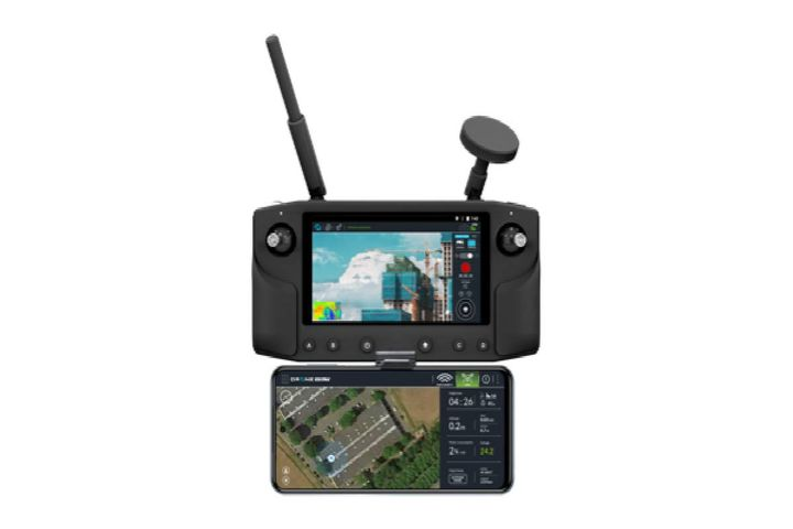 With its remote control, smartphone support, and mobile application, this all-in-one tool assists the pilot during his or her missions. - Photo: DRONE VOLT