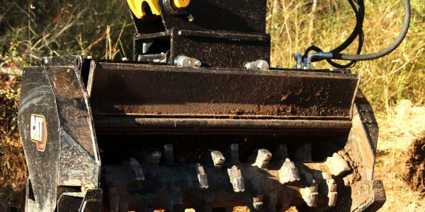The ability to adjust the hydraulic mulching door on Caterpillar's new980 XE and 982 XE...