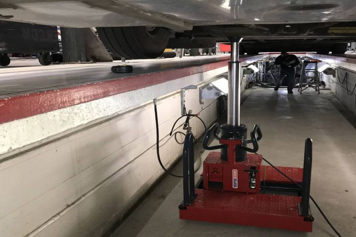 These jacks are specifically designed to safely operate on the pit floor – entirely independent of pit edges or walls for support – as these surfaces may not be adequately reinforced or sufficiently strong. - Photo:Stertil-Koni