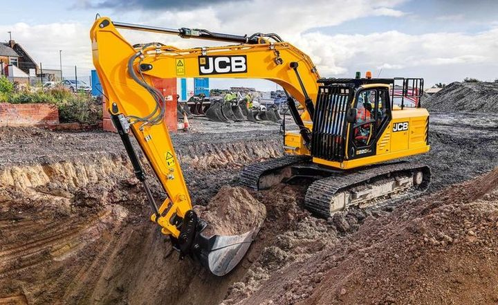 The JCB 220X tracked excavator features central main boom mounting for increased durability and greater digging accuracy.