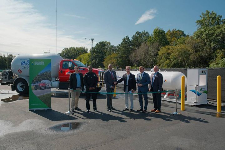 Petersburg Mayor Sam Parham cuts the ribbon to celebrate the first gallons of renewable propane in the Commonwealth of Virginia. From left to right: Alleyn Harned, Virginia Clean Cities; Petersburg Police Chief Travis Christian; Petersburg Mayor Sam Parham; Virginia State Senator Joseph Morrissey; Stuart Weidie, Blossman Gas/Alliance AutoGas/PERC; Tucker Perkins, PERC. - Photo: Virginia Clean Cities