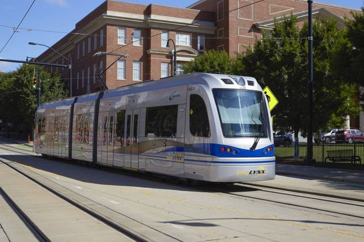 Each streetcar features a hybrid wireless technology allowing the vehicle to run both on and off-wire via an Onboard Energy Storage System (OESS). - Photo:Siemens Mobility