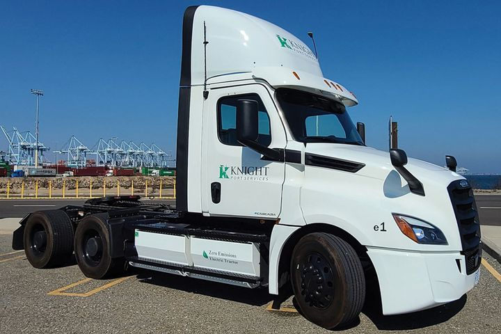 Knight-Swift plans to cut its carbon emissions in half by 2035, starting with piloting a Freightliner electric truck. - Photo: Knight-Swift