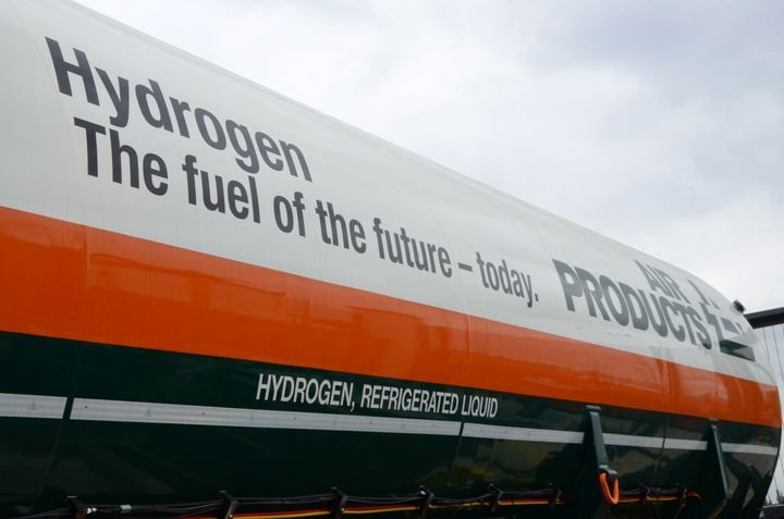 Cummins is working with Air Products, a global hydrogen producer, to accelerate the growth of hydrogen fuel cell trucks. With Cummins' help, Air Products plans to convert its global fleet of approximately 2,000 trucks to hydrogen. A demonstration and pilot phase is expected to begin in 2022. - Photo: Air Products