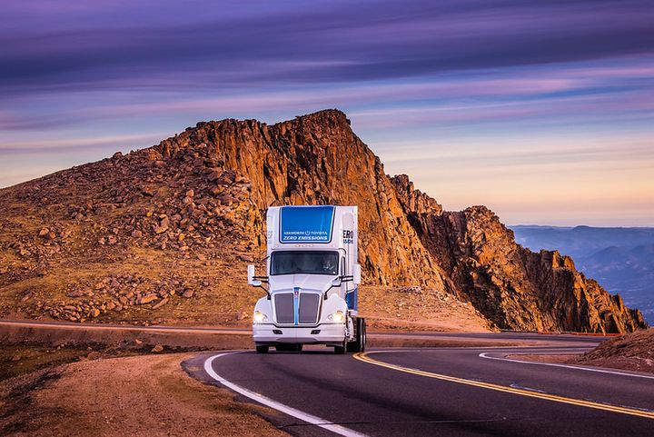 A Kenworth T680 equipped with a hydrogen fuel cell-electric powertrain jointly developed with Toyota, races up Pike's Peak. - Photo: Kenworth