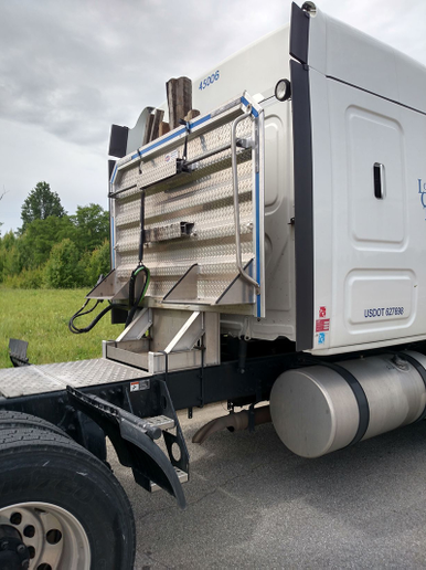 No-nonsense tractor is well equipped for flatbedding, mounting a headboard with storage pockets, and stair steps and handrail for safe access to the deck. Note weight-saving horizontal exhaust and unpolished but clean aluminum wheels. - Photo: Tom Berg