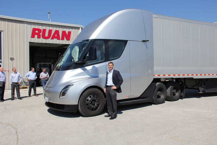 Ruan Transporation CEO Ben McClean inspects the Tesla Semi tractor-trailer up close during a visit to the fleet's headquarters in Des Moines on August 30, 2018. Photo: Ruan Transporation 