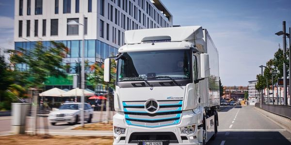 Mercedes-Benz Trucks handed over a total of 10 eActros electric trucks to customers for testing...