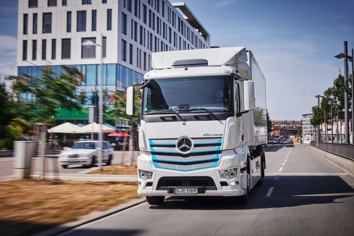 Mercedes-Benz Trucks handed over a total of 10 eActros electric trucks to customers for testing in regular operations. These trucks have racked up thousands of miles and Mercedes-Benz received feedback from drivers, dispatchers and fleet managers. - Photo: Mercedes-Benz