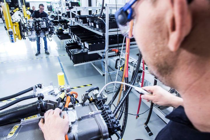 The assembly line for a fuel cell drive unit in Kirchheim-Nabern. After all the connections are double-checked, the circulation systems for the hydrogen, air and coolant are all inspected. - Photo: Daimler/Volvo