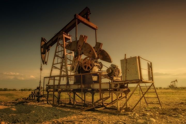 Will oil prices stabilize soon, allowing drillers to restart their rigs? - Photo: jplenio via Pixabay