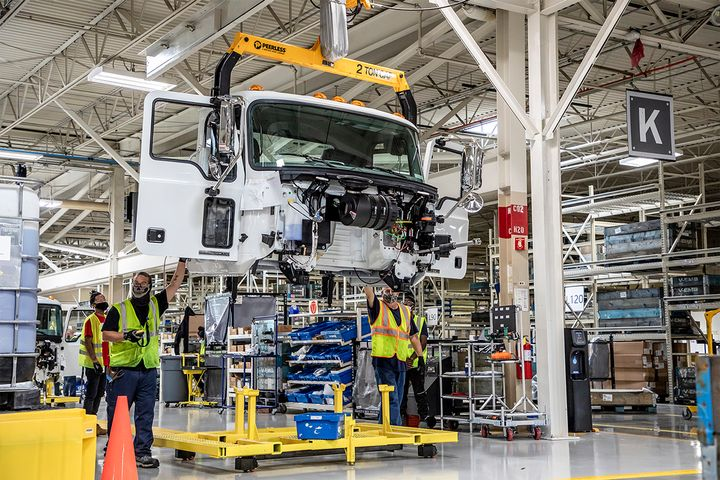 The advanced assembly line at RVO used several unique strategies to improve efficiency, including vendor managed inventory. A new IT system secures the assembly synchronization to ensure the truck comes together as ordered. - Photo: MackTrucks