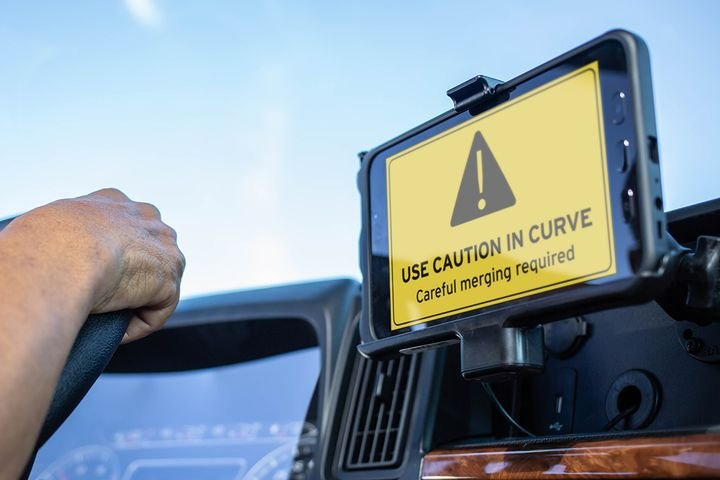 When approaching a risk zone, a proactive message flashes on the driver's device to give them a specific warning customized to that area. - Photo: Drivewyze