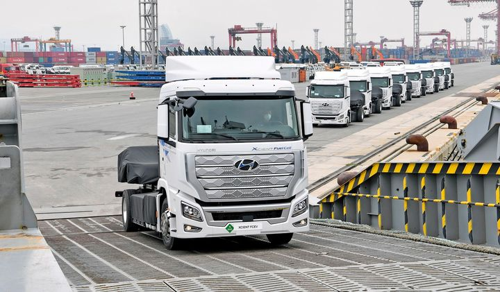 The first 10 Xcient fuel-cell trucks board a ship in Korea bound for Switzerland. They represents Hyundai's first steps toward putting 2,000 fuel-cell trucks on the road end of 2021. - Photo: Hyundai