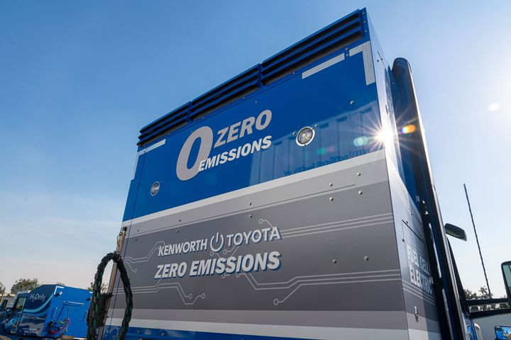 The second-generation system features a more compact hydrogen storage cabinet behind the cab, which houses six hydrogen tanks with the same capacity as previous prototypes. - Photo: Toyota
