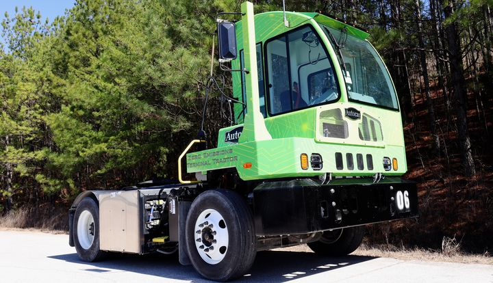 The E-ACTT terminal tractor is designed specifically for spotting trailers and containers at distribution centers, warehouse/trucking yards, industrial operations, intermodal/rail terminals, and port terminals. - Photo: Autocar